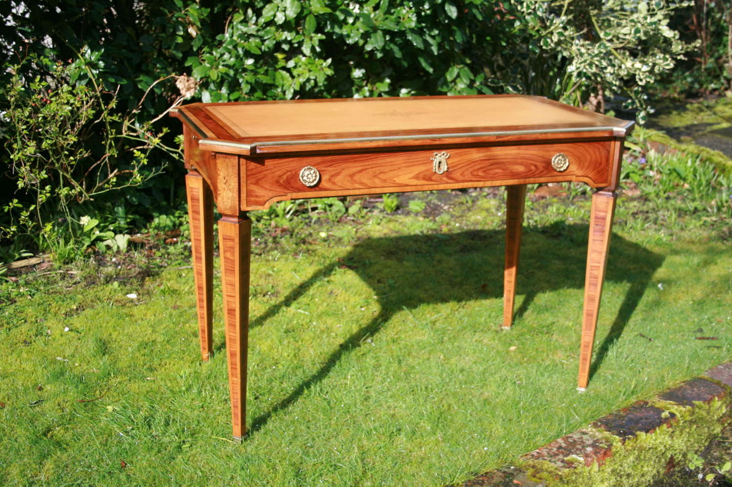 Pretty french writing table
