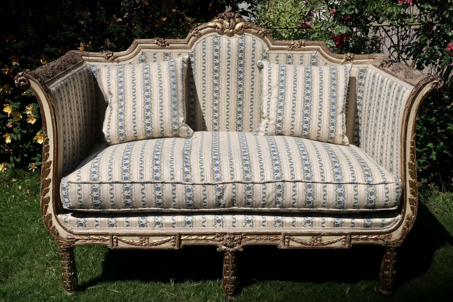 Very pretty sofa in original paint and gilt