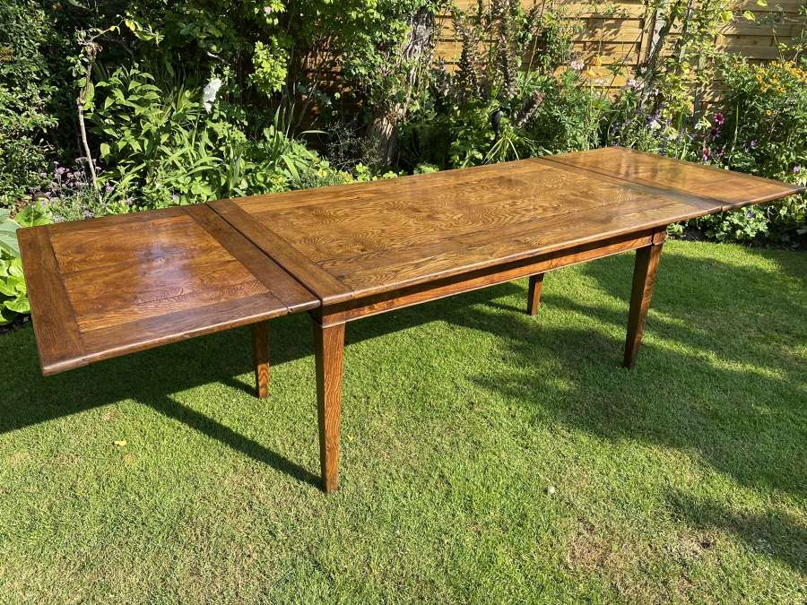 Large extending country table